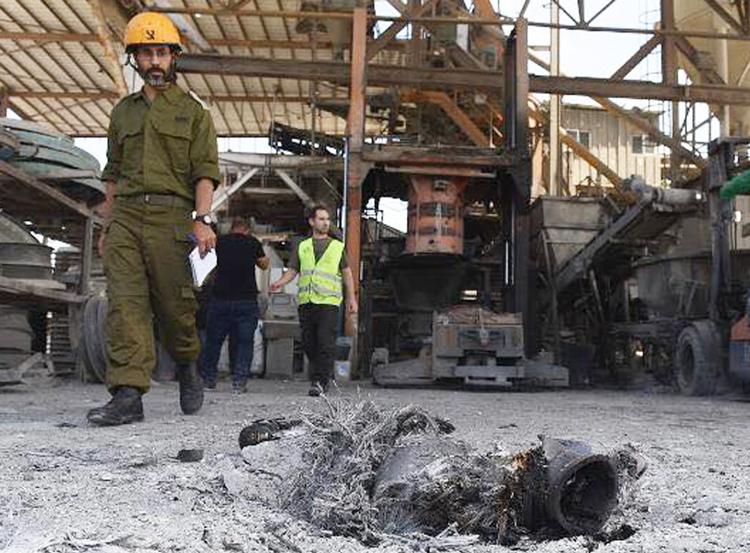 Fábrica de cemento en Ashkelon, sur de Israel, tras ataque de misiles, mayo 5. Tres israelíes murieron, incluyendo un trabajador beduino en la fábrica. Los ataques de Hamas, que cuenta con el apoyo de Teherán, y la Yihad Islámica y las brutales represalias de Tel Aviv muestran la necesidad de negociaciones para reconocer a Israel y un estado palestino independiente.
