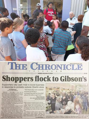 Periódico local informa sobre personas del área que vinieron a mostrar apoyo a Gibson's, después que funcionarios del Oberlin College pasaron volantes difamando a la tienda. Arriba, Allyn Gibson Sr. relata historias a niños frente a la pequeña tienda de abarrotes.