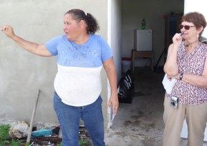 """Yasmin Morales, de una familia de pescadores, describe condiciones en el barrio El Negro en Yabucoa a Alyson Kennedy, de la delegación del Partido Socialista de los Trabajadores a Puerto Rico. Todos los partidos capitalistas son como """"tiburones que comen a peces pequeños"""", dijo."""