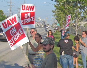 """SWP suit against FBI proved government spying and disruption is unconstitutional. Above, GM and Aramark strikers picket GM Parma plant near Cleveland Sept. 16. Recent FBI """"corruption"""" raids on UAW union officials are aimed at weakening strike and the union."""