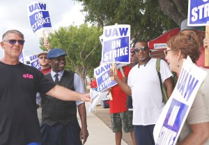 UAW picket line at GM plant in Arlington, Texas, Sept. 28. From left, striker Scott Rigney; Malcolm Jarrett, SWP candidate for Pittsburgh City Council; striker Chris Roberts; and Alyson Kennedy, SWP 2016 presidential candidate. Working-class solidarity boosts struggle.