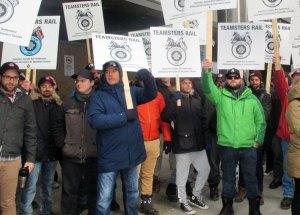 Piquet de grève des cheminots au siège social du CN à Montréal, le 26 novembre, peu avant l'annonce de l'accord de principe. La lutte pour la sécurité des travailleurs et des communautés environnantes était au centre de la grève.
