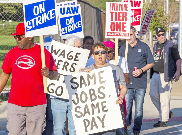 Obreros de GM ganaron confianza durante su huelga de 40 días, uniéndose para luchar por un salario igual por igual trabajo. Arriba, línea de piquetes en planta de Detroit-Hamtramck, sept. 18.