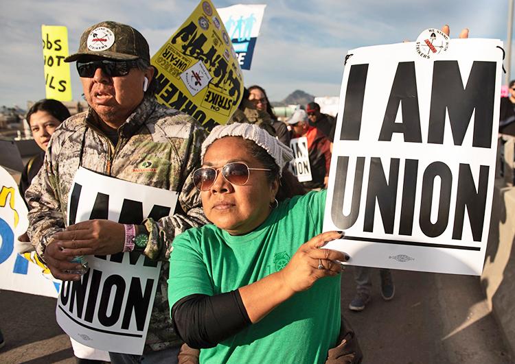 Mineros huelguistas se unen a desfile del día de Martin Luther King en Tucson, el 20 de enero.