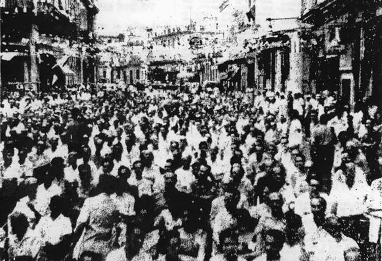 """Arriba, movilización en Barrio Chino de La Habana en el 11 aniversario de Revolución China, octubre de 1960, cuando cubanos expropiaban propiedades capitalistas nacionales e imperialistas. Recuadro, trabajador de lavandería, La Habana, 1940. """"La ausencia hoy de discriminación antichina"""", señala Mary-Alice Waters, es producto de revolución socialista en Cuba."""