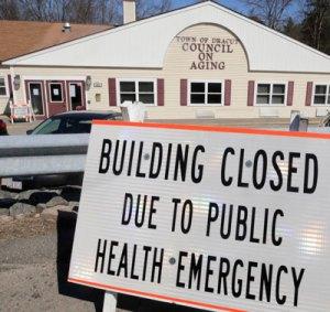 Bureau fermé au Massachusetts, car de plus en plus de gouvernements imposent un « abri sur place » mais ne font presque rien pour organiser les soins de santé ou les secours dont les travailleurs ont besoin.
