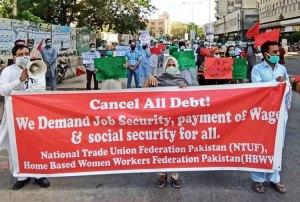 Des travailleurs de manufactures, du textile et de la confection, manifestent à Karachi, au Pakistan, le 18 avril. Ils réclament la fin des licenciements et le paiement des salaires des travailleurs d'usines qui sont maintenant fermées
