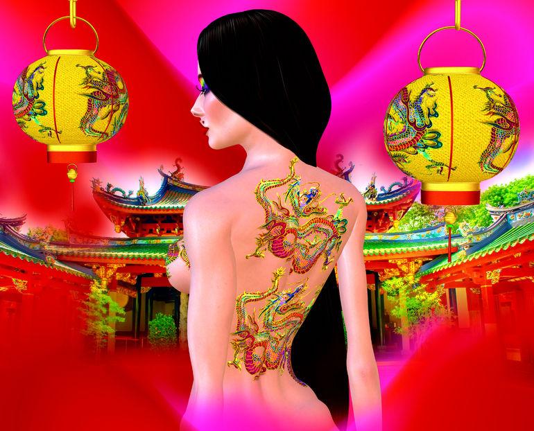 una ragazza giapponese con un drago tatuato sulla schiena