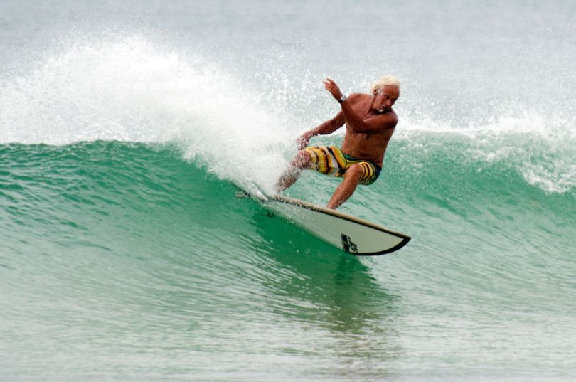 babbo babyboomer fa surf in nuova zelanda