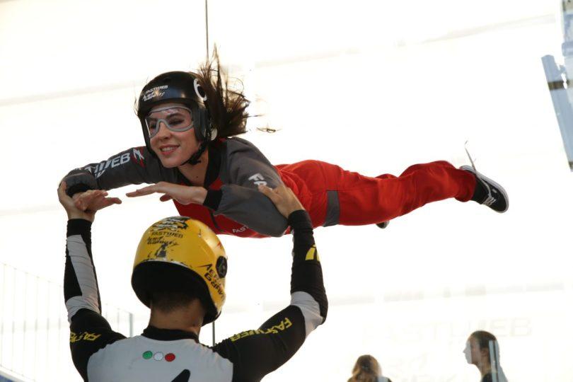 Camilla che sperimenta il volo indoor presso Aereo Gravity