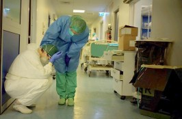 Medici e infermieri stanchi, foto di Paolo Miranda