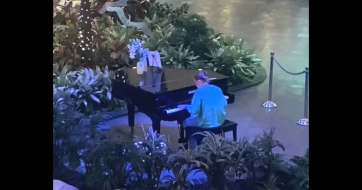 Happy Tears: Health Care Worker Gives Midnight Concert at Hospital After Stressful Day, Onlookers Stunned