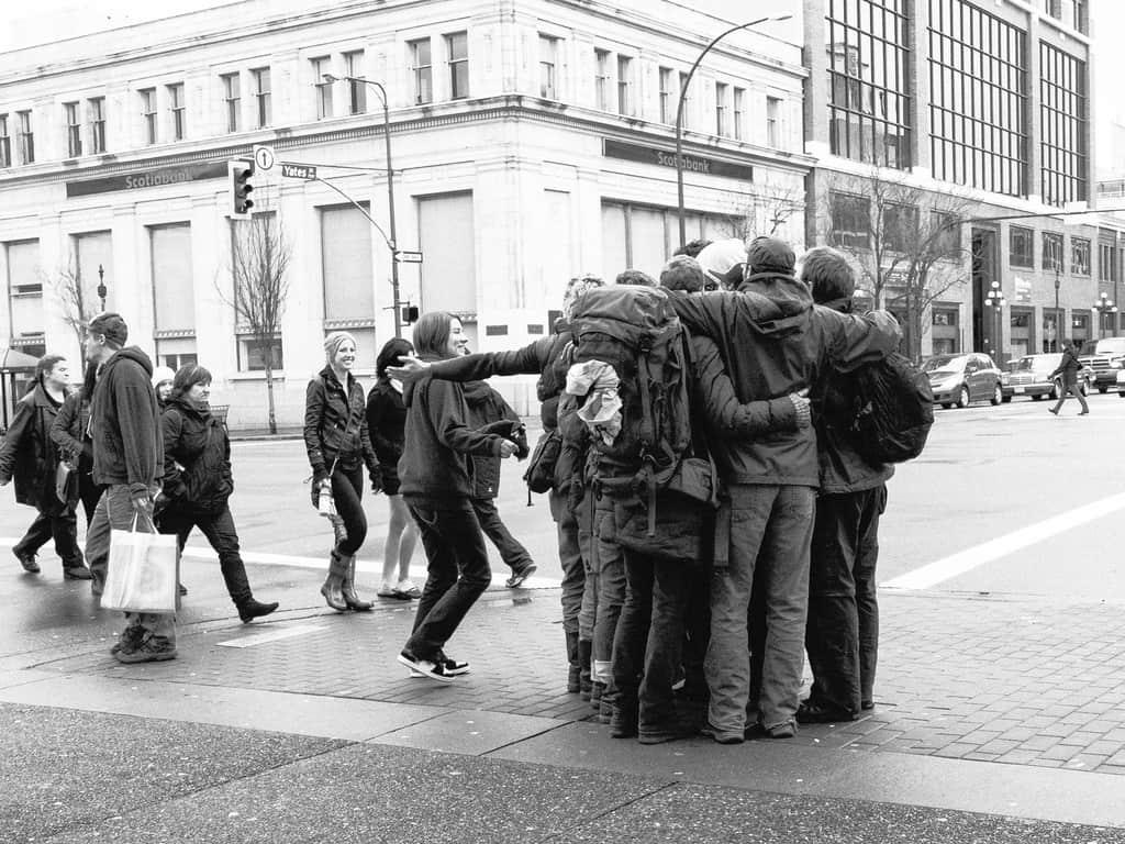 Abrazo grupal en una calle de la ciudad - El yo amoroso