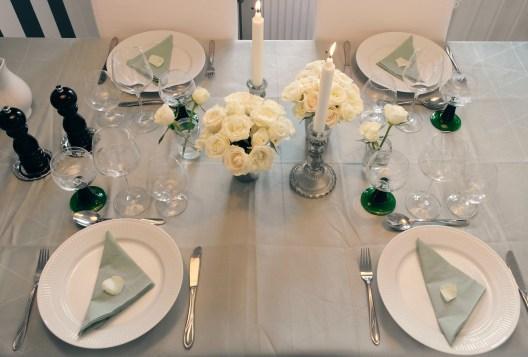 Borddækning med grønt, sølv og hvidt