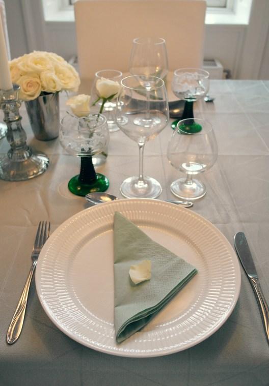 Borddækning med grønt, hvidt og sølv