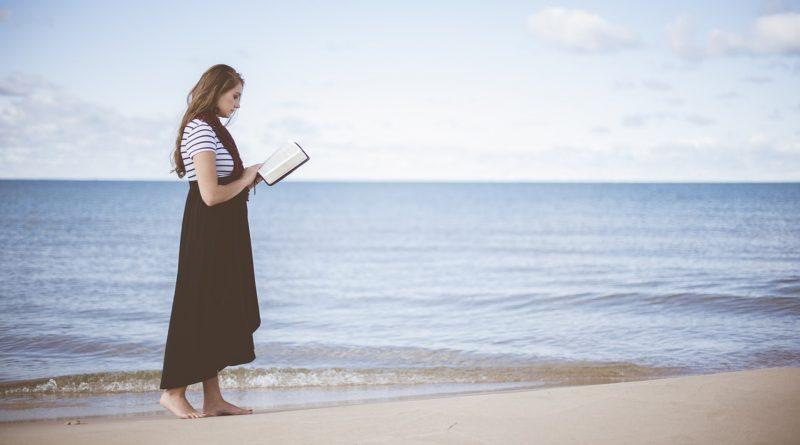 donna che legge cura, svago e cultura - the minutes fly - web magazine