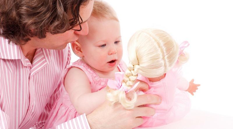 ruolo del papà - festa del papà - bambina gioca