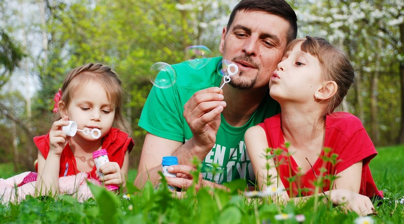 origini - tradizioni - curiosità - idee regalo - the minutes fly - web magazine - bambine - bolle - padre