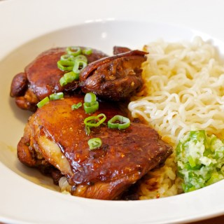 Swiss Sauce Marinated Chicken Thighs with Noodles and Ginger Topping