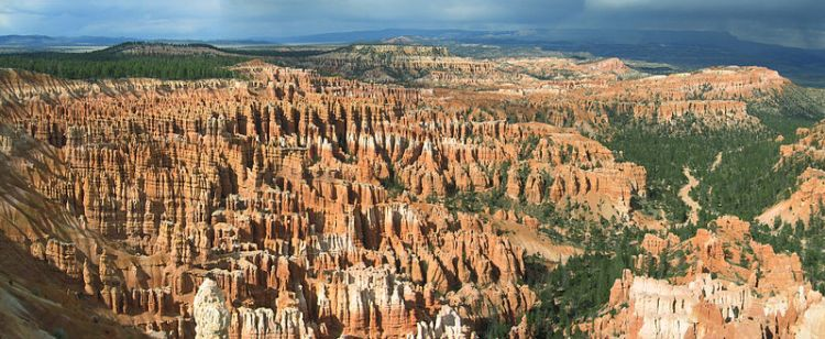 800px-Bryce_Canyon_Amphitheater_Hoodoos_Panorama
