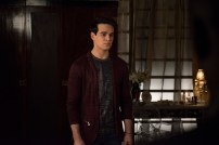 """SHADOWHUNTERS - """"Those of Demon Blood"""" - After several Shadowhunters are killed, The Institute turns to controversial methods to prevent a Downworlder uprising in ÒThose of Demon Blood,Ó an all-new episode of ÒShadowhuntersÓ airing Tuesday, June 19 (8:00 - 9:00 PM ET/PT). (Freeform/John Medland) ALBERTO ROSENDE"""