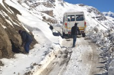 Our cab driver helping out with the Traveller stuck on a steep uphill incline; Photo: Abhinav Kaushal