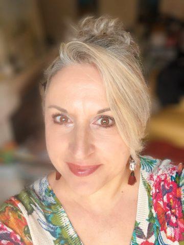 Blogueuse du sud, style, beauty, cheveux gris, quinqua, magalithemouse, silverhair, bijoux originaux, Fashion, idée cadeau pas cher, idée cadeau de noël, bijoux pas chers, bijoux en papier, perles en papier, papier roulé
