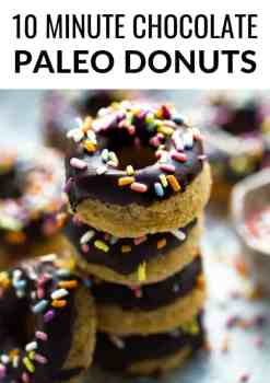 Best chocolate paleo donuts recipe right here! These low carb, flourless and vegan baked donuts are so healthy to eat and easy to make. #paleo #donuts