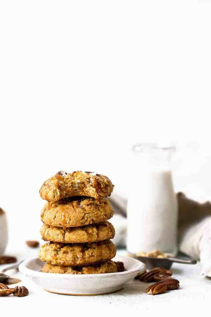 Salted caramel pecan cookies made with raw cashews and topped off with a vegan homemade caramel sauce. These cookies are soft but chewy, crisp around the edges and absolutely decadent! Homemade pecan cookies. Paleo pecan cookies. Caramel pecan cookies recipe. Paleo cookies.