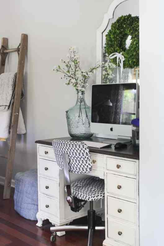 Small Home Office Ideas That Will Make You Want to Work Overtime #cozyofficenook #smallhomeofficeinspiration #officedesk #homeofficestyle #monochrome