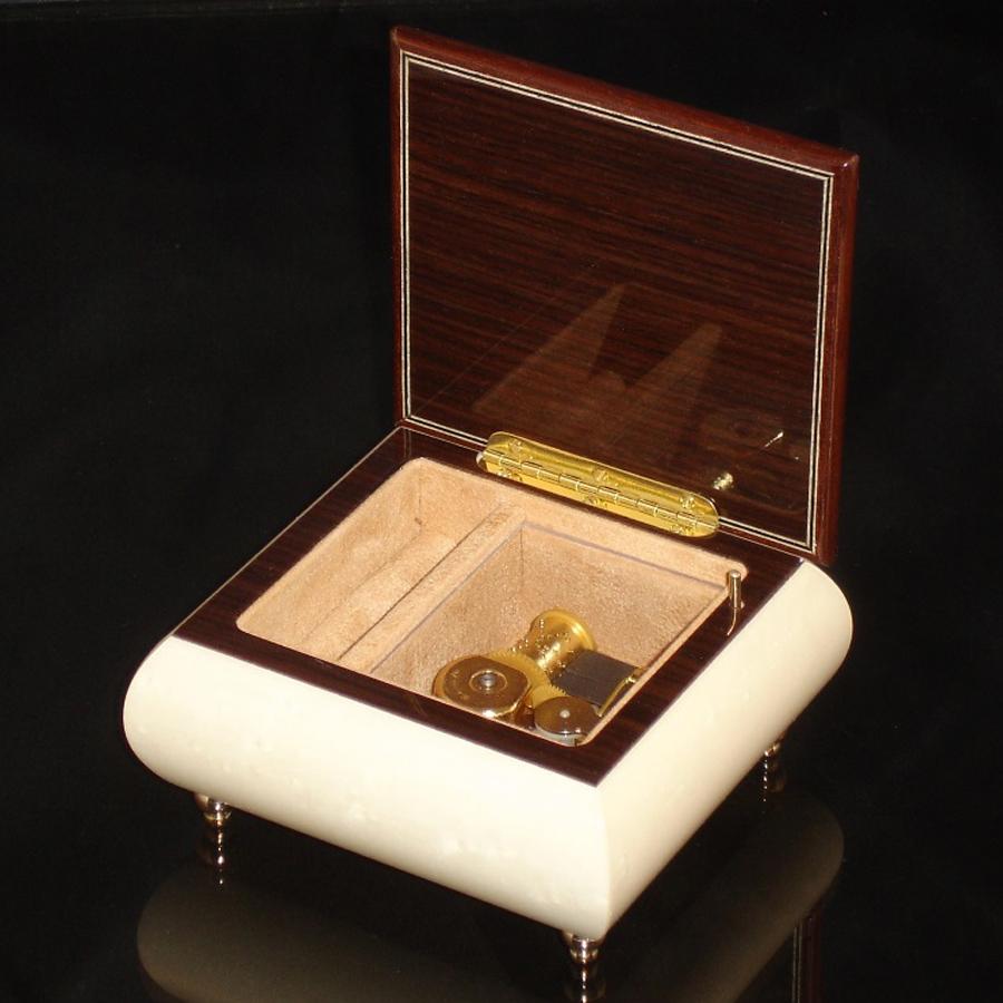 Italian Jewelry Box White 17CF opened no cover
