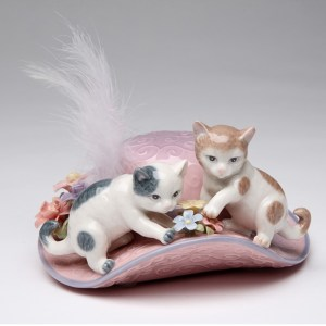 Porcelain musical 2 cats on a hat