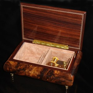 Italian Jewelry Box Walnut 04CVM opened no cover
