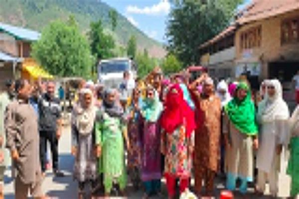 Non availability of drinking water sparks protest in Drugmulla, Kupwara