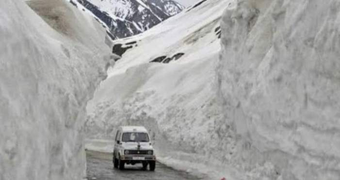 Srinagar-Leh highway opens for one way traffic after 4 days