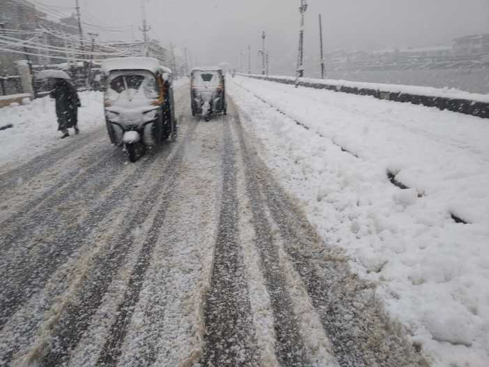 Light snowfall in Kashmir parts, temperature below sub-zero