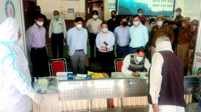 Div Com takes stock of Covid control measures at Railway Station Jammu