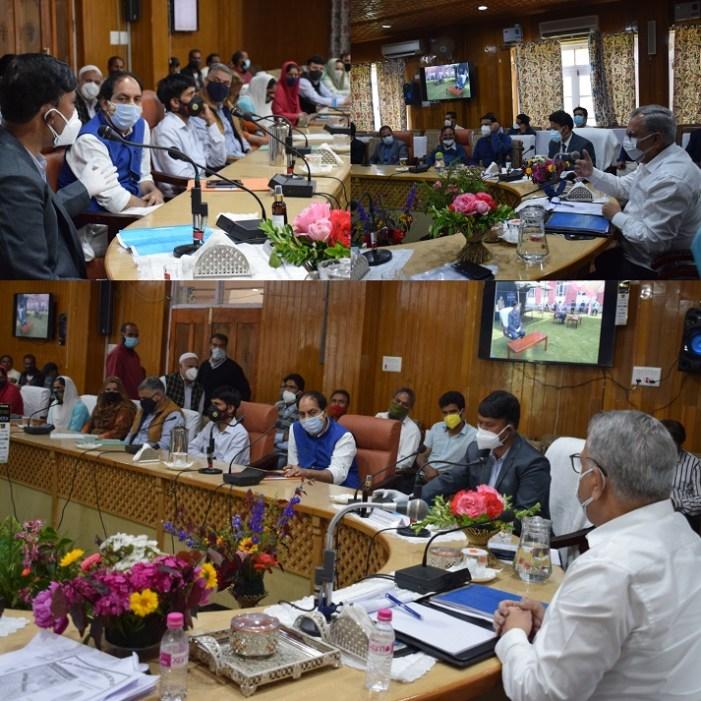Advisor Farooq Khan visits Kulgam; meets DDC, PRI members