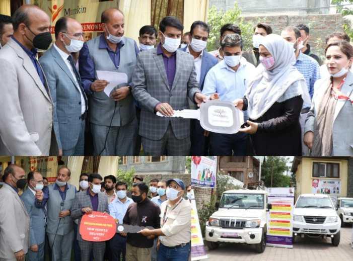 """DC Srinagar hands-over 12 commercial vehicles to beneficiaries under """"MUMKIN"""" scheme"""