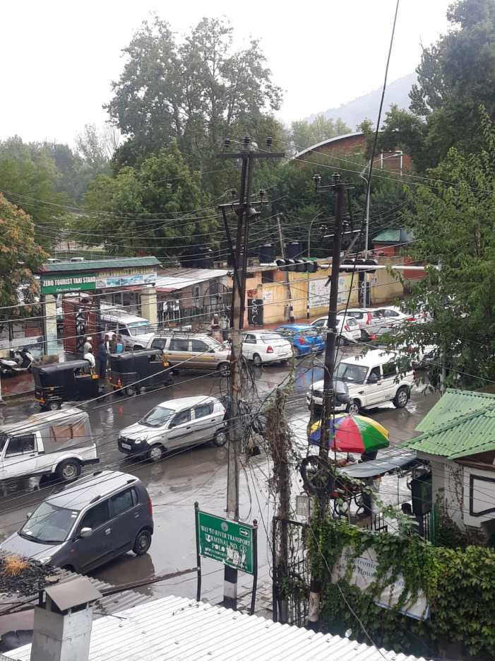 Rains lash Srinagar and other parts, bring chill in atmosphere