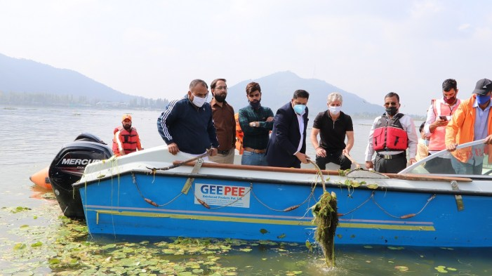 Div com conducts extensive tour of Dal Lake, Participates in deweeding drive