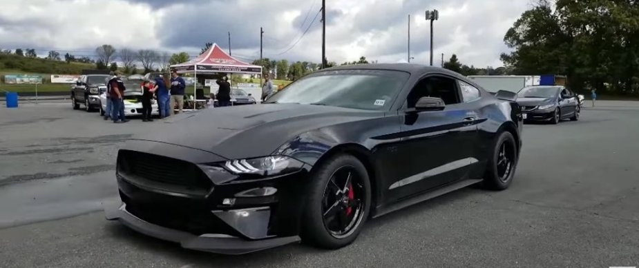 Mustang GT Outruns a Manual Hellcat Challenger on Quarter-mile