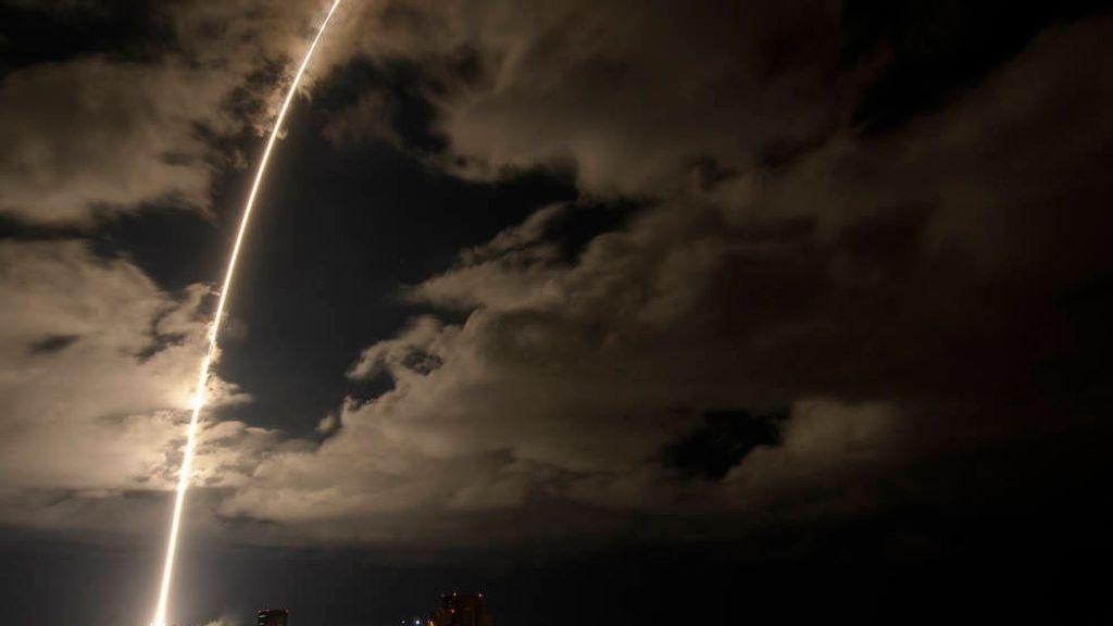 Un cohete Atlas V de la United Launch Alliance, con la sonda espacial Lucy en su interior. Esta fotografía de exposición de 2 minutos y 30 segundos muestra el lanzamiento que se realizó en el Complejo Lanzamiento Espacial 41 de la Estación de la Fuerza Espacial de Cabo Cañaveral, en Florida, el 16 de octubre de 2021. (NASA, Bill Ingalls/Zenger)