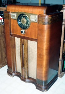 Vintage_Zenith_Console_Radio,_Model_12S-568,_With_the_Zenith_Robot_(or_Shutter)_Dial,_Circa_1941_(8655513293)-2