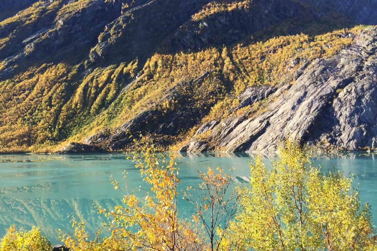 Kanoën op het gletsjermeer Jostedalsbreen Noorwegen