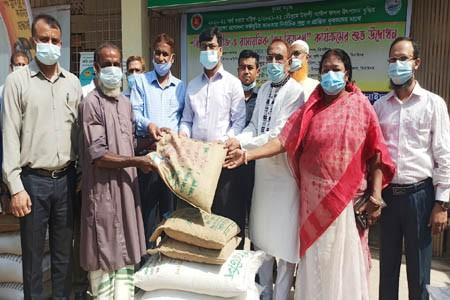 https://thenewse.com/wp-content/uploads/Jhenidah-seeds-fertilizer-distribution-Photo-07-04-21.jpg