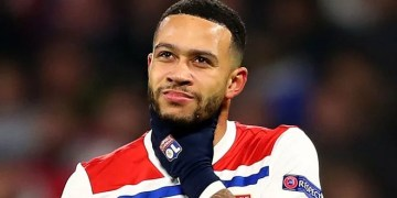 Liverpool are not planning to make a summer move for Lyon forward Memphis Depay. (Sky Sports)