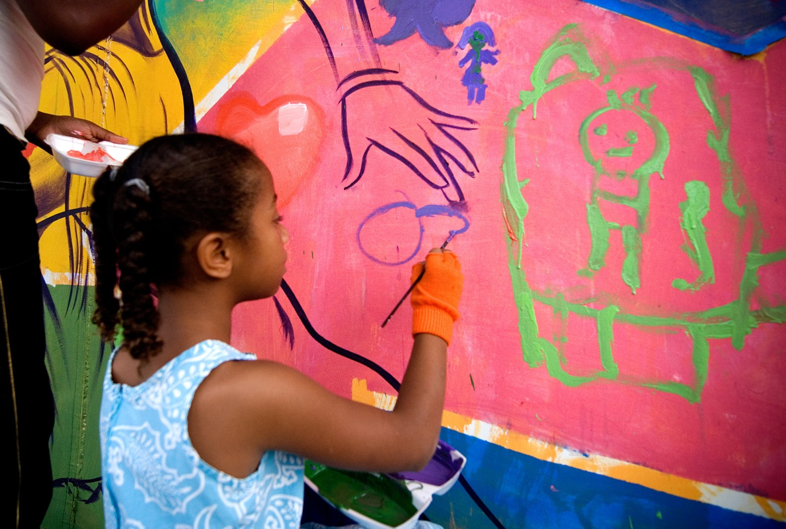 Child painting with the artists of MLK Mural Project in Little Haiti (Courtesy of The Rhythm Foundation/Flickr Creative Commons)