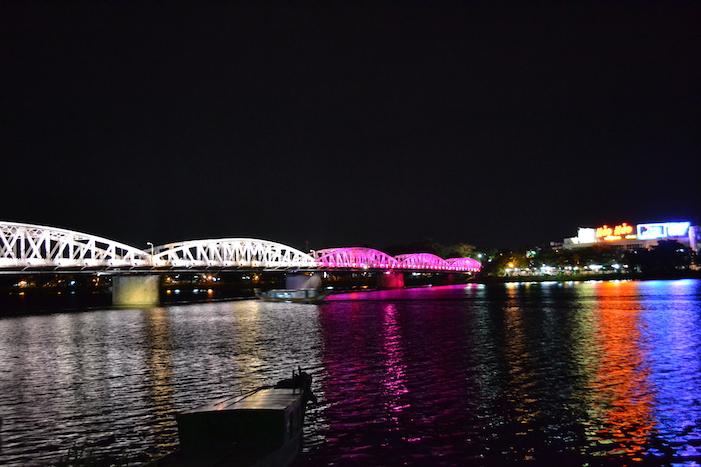 Puente de Hue sobre el río Perfume