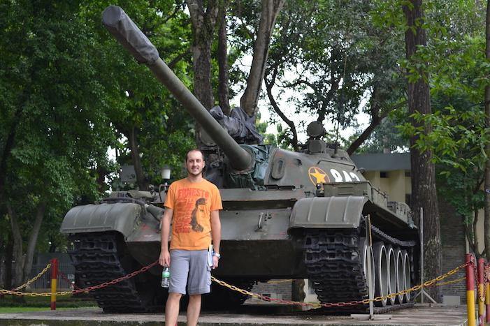 Carro de combate en los exteriores del Palacio de la Reunificación